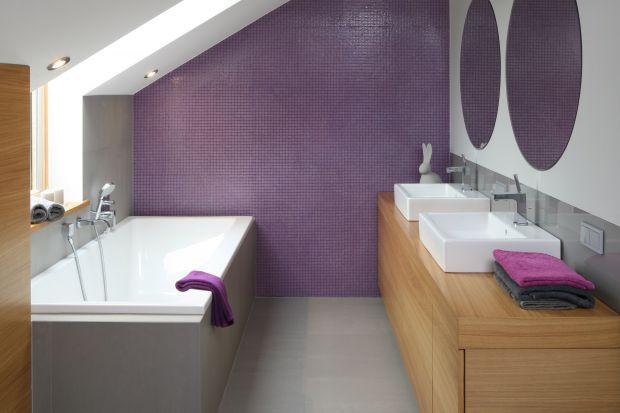 To jedna z kilku łazienek w przestronnym domu. Nowoczesna i wygodna. Rano można szybko przygotować się do wyjścia, a wieczorem odpocząć w wannie. Jej fioletowo-szara kolorystyka wycisza i relaksuje.