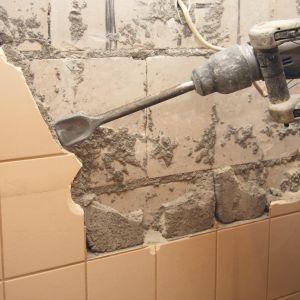 Skuwanie płytek ceramicznych ze ścian.