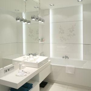 Mała łazienka z nowoczesnym oświetleniem diodowym. Proj. Anna Maria Sokołowska. Fot. Bartosz Jarosz