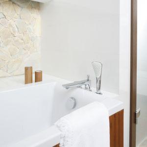 Wielootworowa bateria wannowa ułatwia przyjemną kąpiel. Wystarczy zapalić świece i kadzidełka,  by rozkoszować się relaksem w zaciszu domowej łazienki. Proj. Piotr Stanisz. Fot. Bartosz Jarosz
