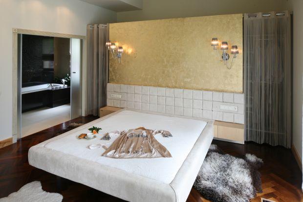Sprawdzają się zarówno w łazienkach bardzo małych, jak i połączonych z sypialnią. Drzwi przesuwne nie zajmują dodatkowej przestrzeni. Dzięki temu łazienkę można urządzić bardziej dowolnie oraz wygodnie.