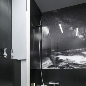Szklany panel nawannowy umożliwia branie natrysku na stojąco, jak w kabinie prysznicowej. Gdy jest złożony przy ścianie, trudno go zauważyć. Fot. Bartosz Jarosz