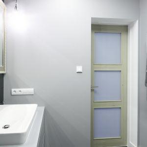 Drzwi łazienkowe są w klasycznym stylu. Fot. Bartosz Jarosz