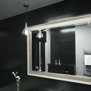 Duże lustro w ozdobnej ramie powiększa małą łazienkę i podkreśla jej kobiecy charakter. Fot. Bartosz Jarosz