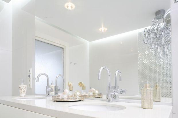 Z pewnością trudno dziś wyobrazić sobie łazienkę bez lustrzanej tafli. Można ją kupić zarówno w sklepie z wyposażeniem, jak i na targu staroci. W ofercie producentów znajdziemy także lustra z podświetleniem ledowym.