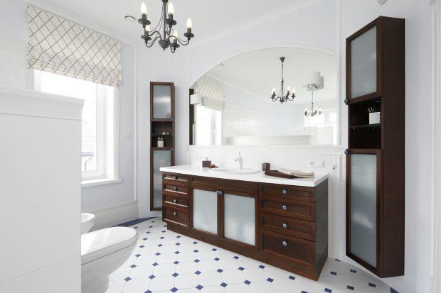 Łazienka w stylu angielskim – z białą boazerią na ścianach
