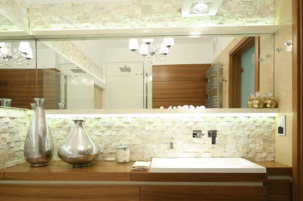 Naturalne materiały dodają wnętrzu uroku i szlachetnego charakteru. Ciepłe w odbiorze drewno sprawi, że łazienka będzie bardziej przytulna. Materiał można stosować bez obaw – specjalna impregnacja chroni przed wilgocią.