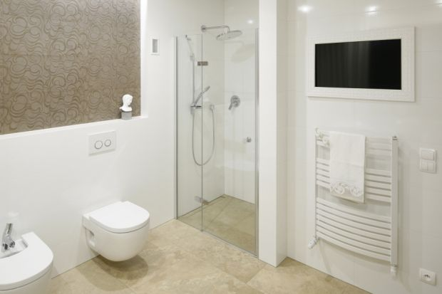 Gdy metraż łazienki jest mały, do stworzenia strefy prysznica warto wykorzystać wnękę w ścianie. Takie rozwiązanie da oszczędność miejsca i zapewni wygodę codziennych kąpieli pod natryskiem.