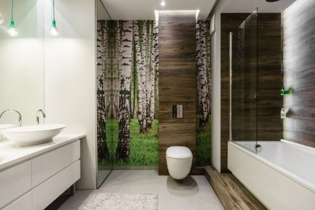 Mały metraż wcale nie zmusza nas do wyboru pomiędzy wanną a prysznicem. Pomysłowym rozwiązaniem dwa w jednym będzie zamontowanie na wannie parawanu.