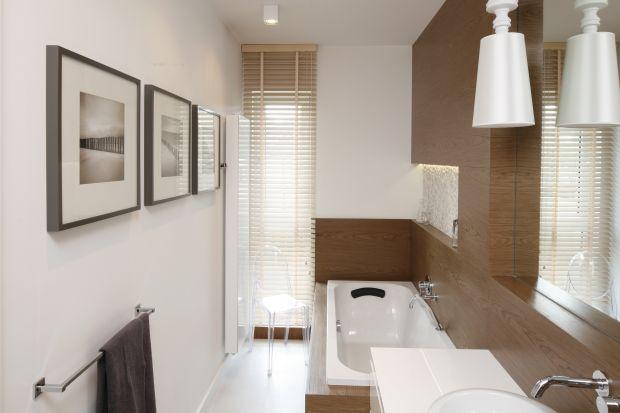 Efekt wykończenia, czyli rodzaj i stopień połysku powłoki farby na ścianie, jest czynnikiem decydującym o wyglądzie i odbiorze koloru w łazience. Intensywne barwy w wydaniu matowym są bardziej subtelne i eleganckie, a beże o satynowym połysku z