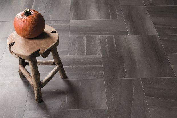 <br />Chętnie wybieramy płytki ceramiczne inspirowane betonem czy kamieniem. Surowce te intuicyjnie kojarzą się z matową i chropowatą strukturą. Warto jednak postawić na wysoki połysk. W tę konwencję wpisuje się nowy gres Moonrise marki