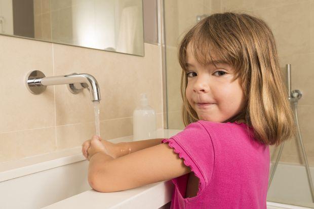 Projektując wystrój mieszkania, gdzie domownikami są małe dzieci, staramy się, aby przestrzeń była zarówno przyjazna, jak i bezpieczna. Szczególnych udogodnień wymaga łazienka. O jakich rozwiązaniach warto pamiętać?