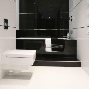 Wannę wykończono czarnymi wielkoformatowymi płytkami, kontrastujacymi z białą podłogą. Projekt: Anna Maria Sokołowska. Fot. Bartosz Jarosz