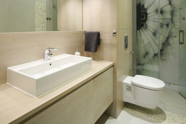 Praktyczna i nowoczesna łazienka: postaw na podwieszane WC