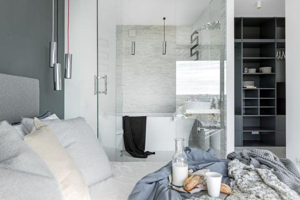 Monochromatyczna kolorystyka, szlachetne materiały i nowoczesne akcenty - tak wygląda aranżacja łazienki w mieszkaniu na warszawskim Żoliborzu.