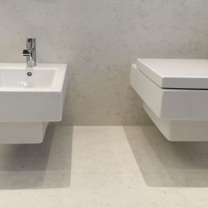 Podwieszanej ceramice sanitarnej nadano geometryczne, kubistyczne kształty. Projekt: arch. Marta Pala-Szczerbak, Minimoo. Fot. Piotr Lipiecki