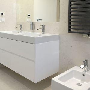 Nowoczesną geometryczną formę mają również baterie łazienkowe. Projekt: arch. Marta Pala-Szczerbak, Minimoo. Fot. Piotr Lipiecki