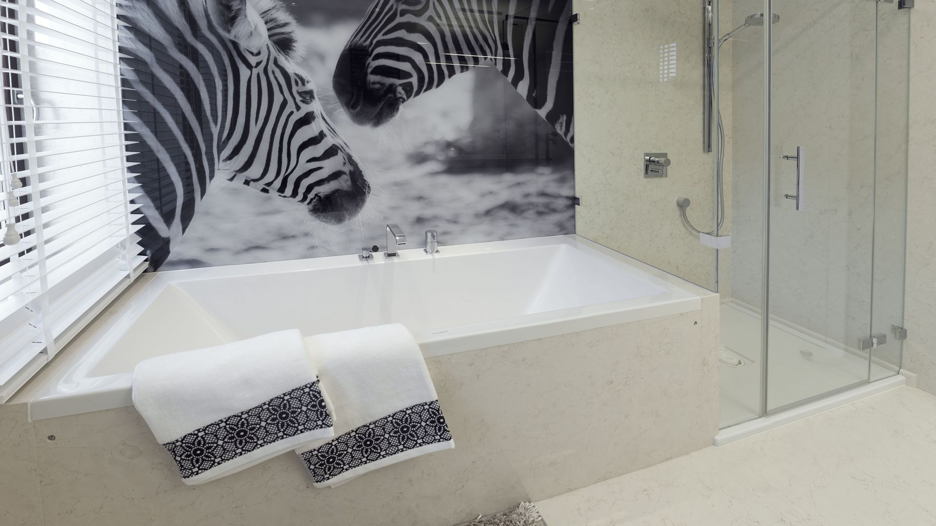 W łazience znalazła się zarówno wanna, jak i kabina wpasowana w narożnik pomieszczenia. Projekt: arch. Marta Pala-Szczerbak, Minimoo. Fot. Piotr Lipiecki