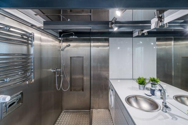 Beton i cegła - te materiały najczęściej kojarzą się nam z łazienką w stylu loft. W tym wnętrzu króluje jednak... blacha. Zobaczcie niezwykły projekt!
