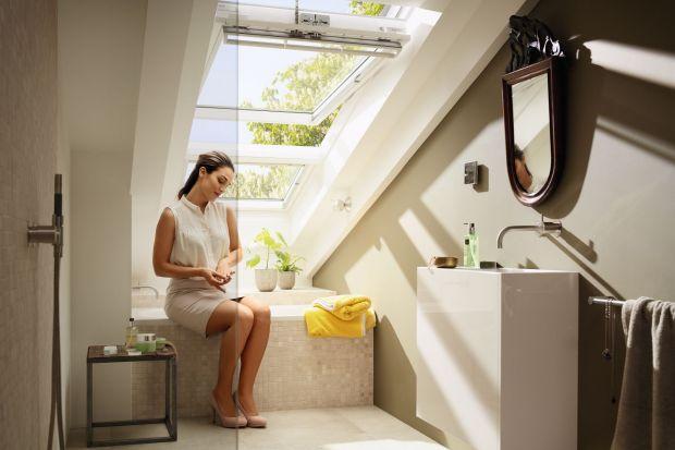 Poddasze ma swój nieodparty urok, ale jest jednocześnie przestrzenią dosyć trudną do zaaranżowania. Przeczytajcie, jak urządzić łazienkę pod skosami.