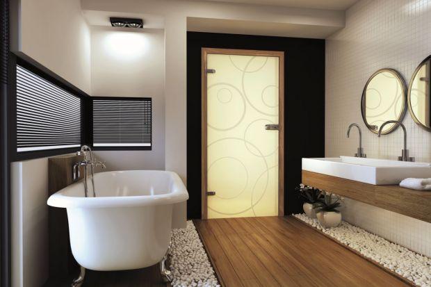 Szklane drzwi do łazienki pozwalają doświetlić wnętrze, są efektowną, nowoczesną dekoracją, a przy tym dają poczucie intymności.
