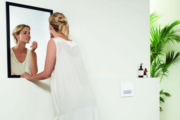 Kobieta remontuje łazienkę: jak rozmawiać z fachowcem?