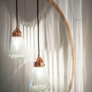Designerskie oświetlenie na długich oplotach dodaje przysłowiowego pazura aranżacji wnętrza. Projekt: Raca Architekci. Fot. Adam Ościłowski