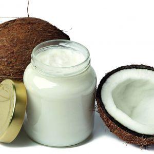 Olej kokosowy doskonale nawilża włosy. Pomaga również w walce z łupieżem i łagodzi podrażnioną skórę. Fot. Fotolia