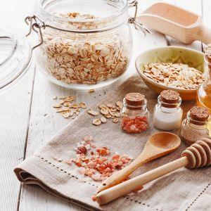 Naturalne kosmetyki można wykonać z produktów, których na co dzień używamy w kuchni. Płatki owsiane, miód, sól – wszystkie mają dobroczynne dla skóry właściwości. Fot. Fotolia