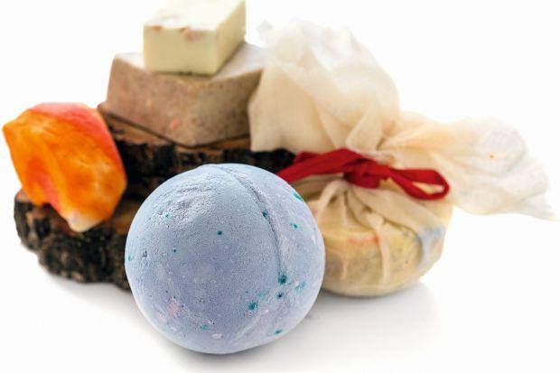 Zrób to sam: musujące kule do kąpieli