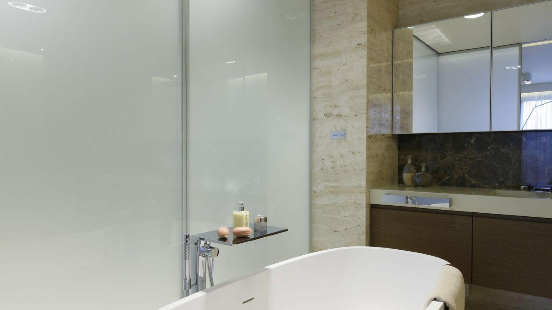 Przez matowe szkło do łazienki dociera światło naturalne. Projekt: Anna Fodemska. Fot. Bartosz Jarosz