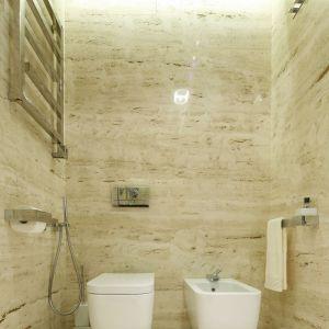 Tło aranżacji łazienki tworzy kremowo-beżowy trawertyn. Projekt: Anna Fodemska. Fot. Bartosz Jarosz