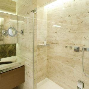 Oprócz wanny, w łazience urządzono przestronną strefę natryskową. Projekt: Anna Fodemska. Fot. Bartosz Jarosz