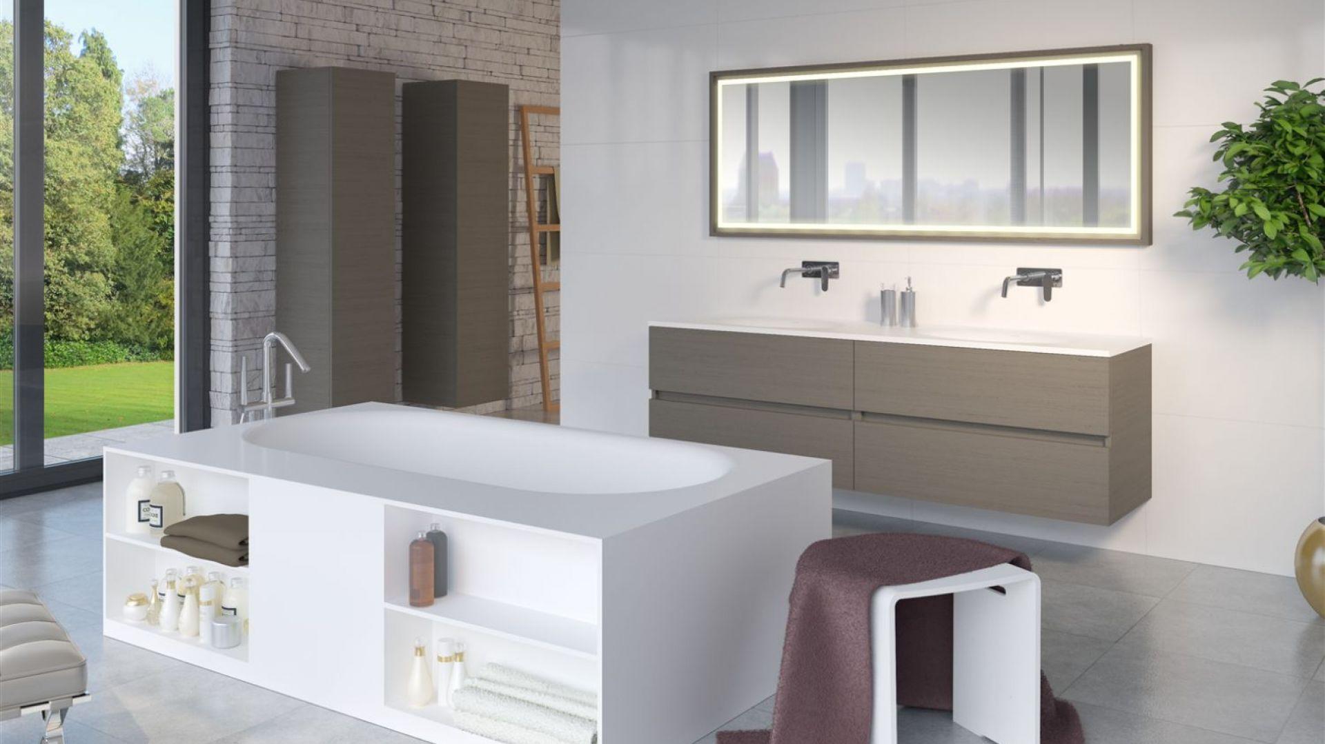 Wanna wolno stojąca Burgos ma zabudowę wyposażoną w pojemne półki, np. na ręczniki lub żel do kąpieli. Fot. Riho