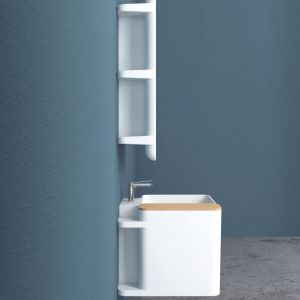 Zaprojektowana przez Matteo Ragni umywalka Anfibio ma z dwóch stron duże ramiona, na których można położyć akcesoria łazienkowe czy kosmetyki. W tylnej części umywalki schowano praktyczne schowki. Fot. Azzura Ceramica