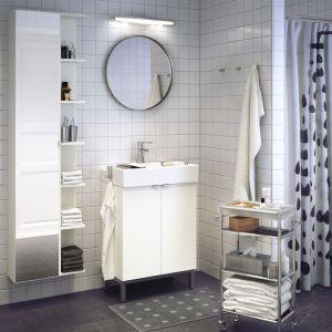 Wózek łazienkowy wyposażony w kilka półek pozwoli przechowywać różnorakie przedmioty, a przy tym w każdej chwili możemy go przesunąć w dogodne nam miejsce. Fot. IKEA