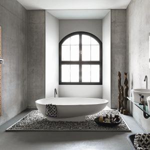 Grzejnik Cosmopolitan można wzbogacić o liczne akcesoria i relingi - na zdjęciu wersja z prakyczną półką na łazienkowe drobiazgi. Fot. Runtal/Technika Design