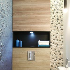 Wykonana w zabudowie stelaża w.c. praktyczna półka pozwoli ułożyć w niej ręcznik lub dekoracje. Projekt: Joanna Morkowska-Saj. Fot. Bartosz Jarosz