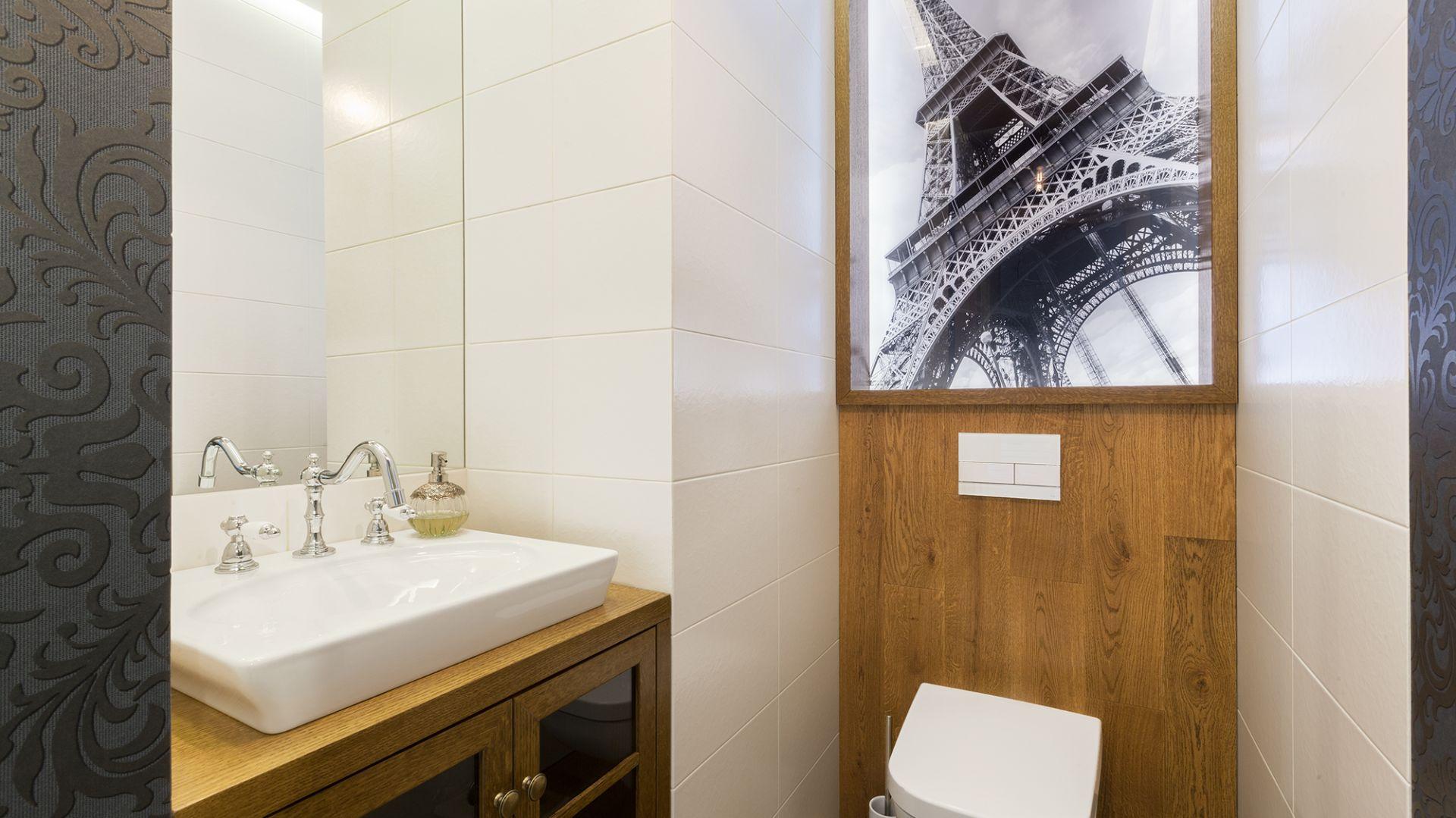 Poprowadzone pod sam sufit lustro optycznie powiększa wnętrze wąskiej toalety. Projekt: Arte Architekci. Zdjęcia: Arte Architekci
