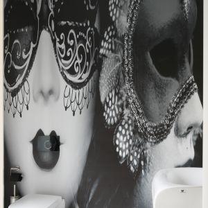Niezwykła fototapeta z karnawałową maską jest główną dekoracją tej oryginalnej toalety dla gości. Projekt: Katarzyna Mikulska-Sękalska. Fot. Bartosz Jarosz
