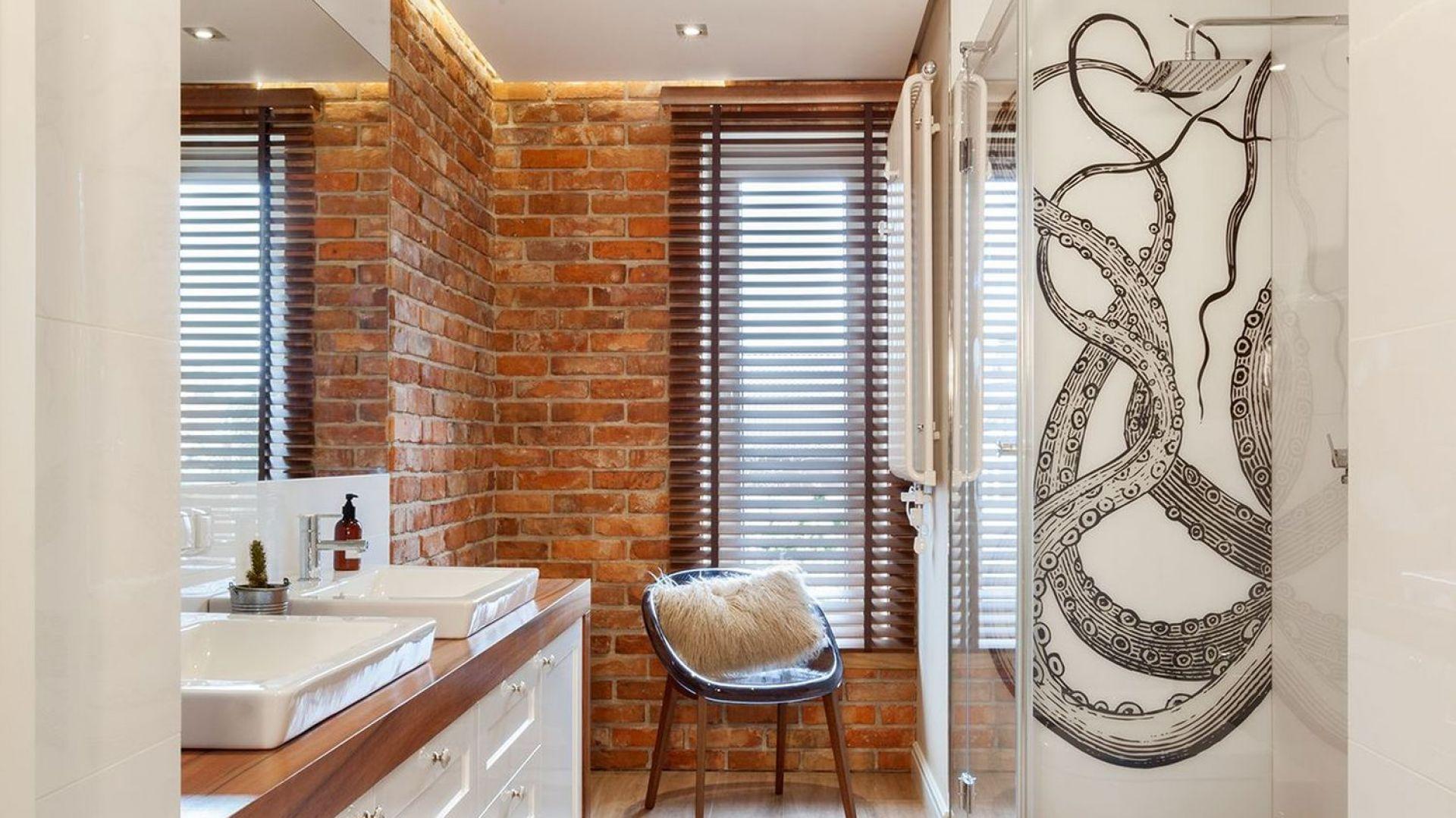 Obecność strefy prysznica zaznaczono oryginalną, czarno-białą grafiką przedstawiającą... macki ośmiornicy. Projekt: Arte Architekci. Fot. Arte Architekci
