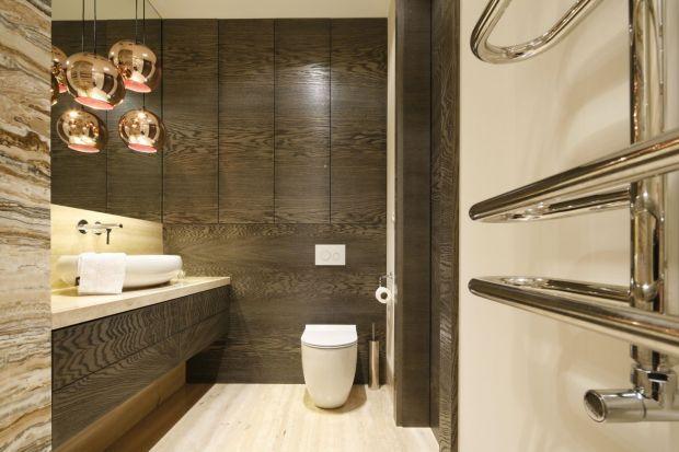 Wysoka zabudowa w łazience w znacznym stopniu determinuje wygląd całego pomieszczenia. Fronty w kolorach drewna dodadzą mu przytulności i elegancji.