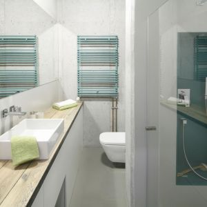 Mała łazienka w stylu loft została ożywiona kolorowymi akcentami. W strefie prysznica z wygodnym siedziskiem ścianę pomalowano wodoodporną farbą w niebiesko-morskim kolorze. Projekt: Małgorzata Chabzda. Fot. Bartosz Jarosz