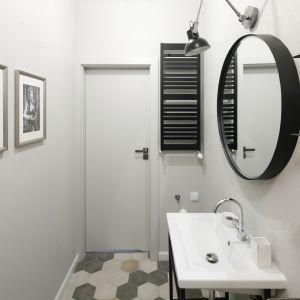 Charakteru łazience dodają dodatki dekoracyjne, jak czarno-białe zdjęcia na ścianach. Projekt: Katarzyna Moraczewska, Barbara Przasnyska. Fot. Bartosz Jarosz