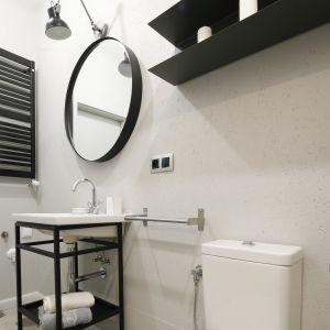 Łazienka w stylu loft została urządzona na potrzeny krótkoterminowego wynajmu. Projekt: Katarzyna Moraczewska, Barbara Przasnyska. Fot. Bartosz Jarosz