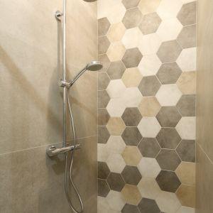 Na podłodze i w strefie prysznica ułożono heksagonalne płytki w kolorach ziemi. Projekt: Katarzyna Moraczewska, Barbara Przasnyska. Fot. Bartosz Jarosz