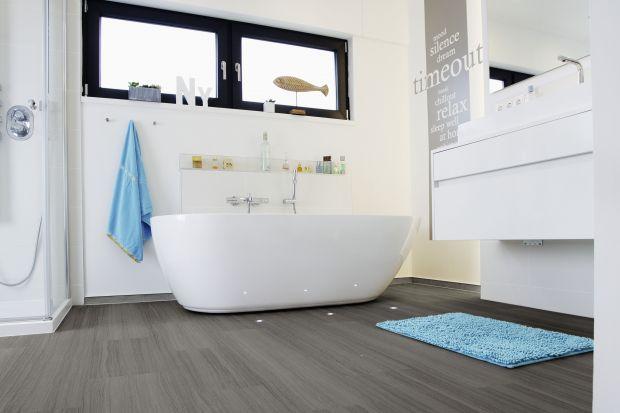 Wybór idealnego materiału na podłogę w łazience to nie lada dylemat. Drewniane deski, choć eleganckie, wykazują niską odporność na wilgoć i wymagają częstej renowacji, z kolei płytki ceramiczne są funkcjonalne, ale łatwo się na nich pośl