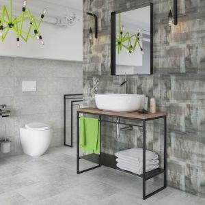 Łazienkę wykończono płytkami z kolekcji Ermeo/Ermo. Ścianę za umywalką w całości pokryto szklanymi insertami z wyraźnymi nadrukami gazetowego wzoru z tej samej serii. Fot. Ceramika Paradyż