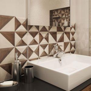 Ścianę w strefie umywalki bezpośrednio sąsiadującą z misą umywalkową wykończono insertami z geometrycznym wzorem z kolekcji Geometrica. Fot. Opoczno