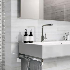 Ścianę w strefie umywalki wykończono gładkimi połyskującymi płytkami z serii Themar Wall, a sąsiadującą strefę prysznica - dla kontrastu - płytkami 3D. Fot. Ceramica Sant'Agostino